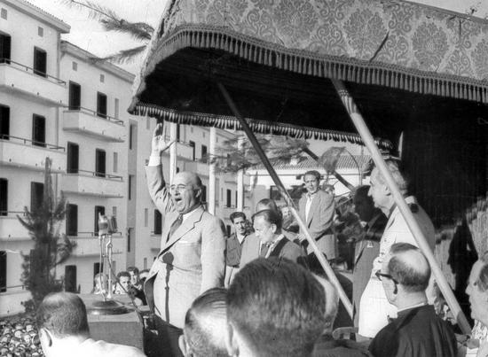 Franco_dando_un_discurso_en_Éibar_en_1949